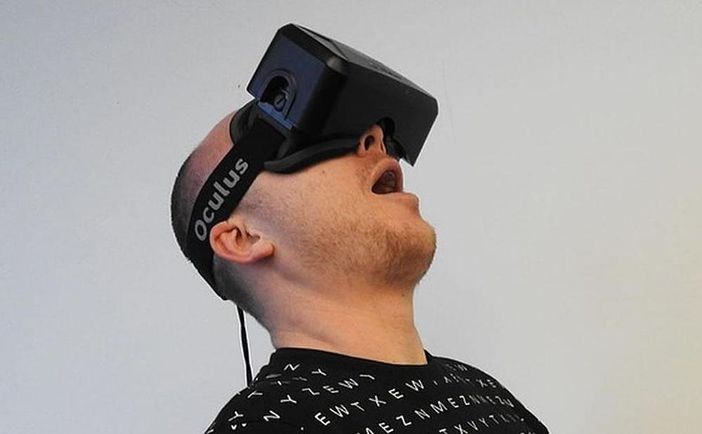 Disfrutar del porno en realidad virtual mientras se está drogado